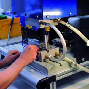 Die Elektronik der Drehmomentsensorik wird in eine Macromelt-Hülse vergossen.