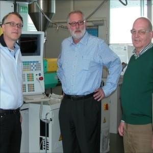 Erörtern an der Spritzgussanlage des IPT die geometrischen Gegebenheiten mit Bezug zur Endanwendung (v.l.): Dierk Früchtenicht (PAV), Prof. Dr.-Ing. Harald Hansmann (IPT) und Volker Zippmann (Buss).