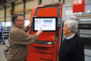 Jörg Senn mit seinem Vater Heinz Senn, dem Unternehmensgründer, vor dem Bedienpanel der neuen Bystronic-Anlage: Die Bedienung der «ByAutonom 3015» bereitet ihnen offensichtlich Freude.