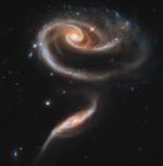 Zum 21. Jubiläum von Hubble veröffentlichte die NASA dieses Bild von zwei Galaxien, das an eine Rose erinnert.