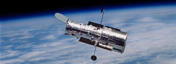 Hubble in seiner Position rund 600 Kilometer über der Erdoberfläche