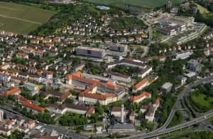 Luftansicht des Gebäudekomplexes des Universitätsklinikum Würzburg.