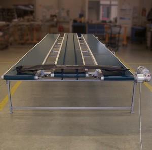 Testphase in der Geppert-Produktion: Ein 2 mm dünnes Spritzgussteil wird mit dem Synchron-Förderband weitertransportiert.