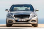 Keine Experimente. Das Gesicht der neuen S-Klasse ist Mercedes-typisch. Kleine Design-Schmankerl gibt es dennoch: An der oberen Kante der Scheinwerfer findet sich ein beleuchteter Mercedes-Benz-Schriftzug.