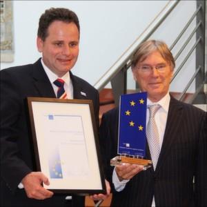 Klaus Boog (links), Vorstand der Remmers AG, bekommt durch ELA-Präsident Jos Marinus Urkunde und Preis zum ELA Award 2013 überreicht.