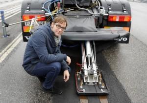 Richard Sebestyen mit dem Stromkollektor am Heck des test-Trucks