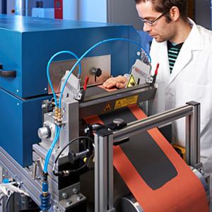 Beschichtung von Elektroden im Rolle-zu-Rolle-Verfahren: Die Forscher haben jetzt das Design von Anode und Kathode für Lithium-Schwefel-Batterien optimiert.