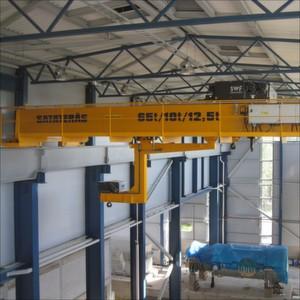 Zweiträger-Brückenkran mit zwei Hilfshubwerken für ein finnisches Gasturbinen-Kraftwerk.
