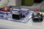 Auch Basisplatinen wie Arduino Uno können M2M-tauglich werden. Dafür benötigen Entwickler lediglich einen GSM/GPRS-Shield oder – wie hier rechts im Bild zu sehen – einen Ethernet-Shield.
