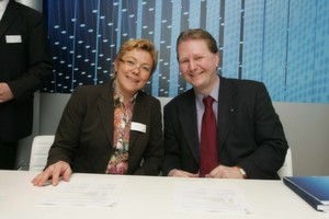 Karola Bode und Achim Hager unterzeichneten den Service-Provider-Vertrag für Business-Mobilfunkprodukte.