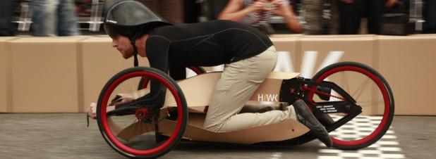 Kraftplex erobert Rennsport: Die HAWK Hochschule für angewandte Wissenschaft und Kunst in Hildesheim stellte beim diesjährigen Akkuschrauberrennen die Aufgabe, einen Rennboliden aus Papier zu bauen.
