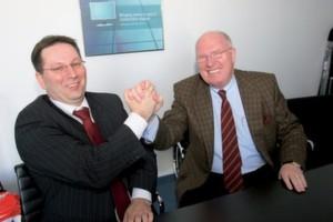 FSC-Geschäftsführer Dieter Wysuwa (l.) und Vodafone-Chef Karl-Ludwig Dilfer nach der Unterzeichnung des Kooperationsvertrages.