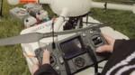 Die Drohne wird vom Boden aus ferngesteuert