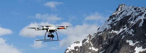 Kleine Drohne vor großen Bergen: Die md4-1000 vor dem Gotthardmassiv bei ihrem Rekordflug über die Alpen