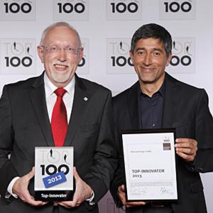 RK-Geschäftsführer Hartmut Hoffmann nimmt die Top-100-Auszeichnung von Ranga Yogeshwar entgegen
