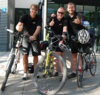 Robert Korherr, CEO von ProSoft und Daniel Luszczyk Mitarbeiter Vertrieb bei ProSoft begrüßen den Extremsportler James Ketchell (vlnr) bei seiner Ankunft in München.