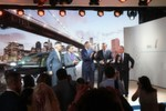 Applaus bei der Vorstellung des Elektroautos BMW i3 - v.l. Dr. Norbert Reithofer, Vorsitzender des Vorstands der BMW mit Governor Jay Inslee, Michael Bloomberg, amtierender Bürgermeister der Stadt New York, Peter Schwarzenbauer, Mitglied des Vorstands der BMW, MINI, BMW Motorrad, Rolls-Royce, BMW Group Aftersales und Ludwig Willisch, Leiter Region Amerika.