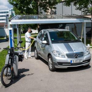 Ein ZSW-Mitarbeiter lädt ein Elektro-Auto am Solar-Carport auf