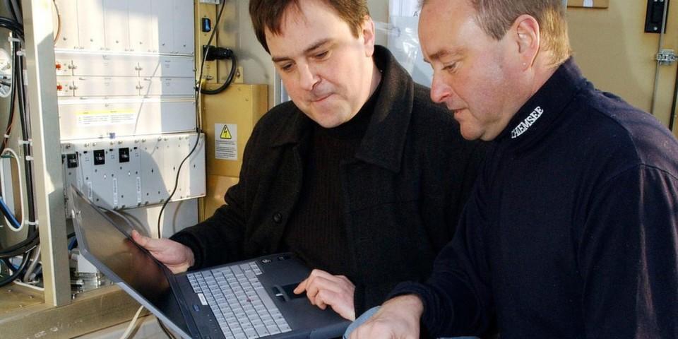 DB-Systel-Mitarbeiter prüfen die GSM-R-Technik.