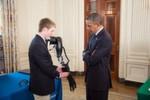 Easton LaChappelle zeigt dem US-Präsidenten Barak Obama seine Armprothese