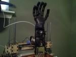 Eine frühe Version der Handprothese öffnete und schloss die Finger mithilfe von Angelschnur und Servomotoren