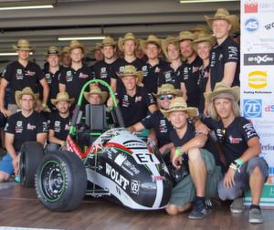"""Formula Student 2013: Das """"Ignition Racing Team Osnabrück"""" setzte bei dem E-Rennboliden auf Harting Technologie – und bei den hochsommerlichen Temperaturen natürlich auch auf die bekannten Strohhüte des Unternehmens."""