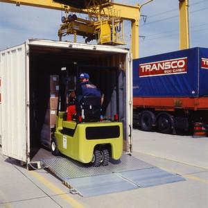 Die mobile Container-Überladebrücke Typ MC kommt zum Einsatz, wenn Container mithilfe schwerer Stapler be- oder entladen werden.