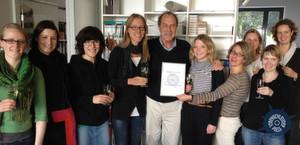 Michael Krüger und die Hanser-Werbeabteilung feiern den Gewinn des Virenschleuder-Preises 2012.