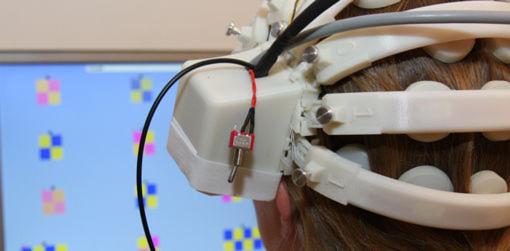Der EEG-Helm aus dem 3D-Drucker misst die Gehirnsignale präzise.