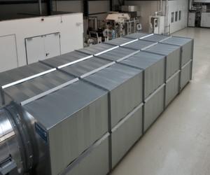Auf fast 1500 Quadratmetern entwickelt das KIT neuartigeProduktionsverfahren für kostengünstigere und leistungsfähigereLithium-Ionen-Batterien.