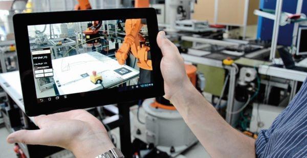Bild 1: Mobile Visualisierung und Simulation des Roboterprogramms in realer Umgebung.