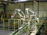 """""""Konzertierte Aktion"""": Drei Roboter auf engstem Raum im Einsatz zum Verpacken von Dämmstoff-Wickeln bei Armacell."""