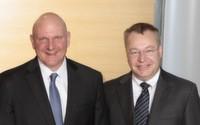 Der alte und vielleicht der neue Microsoft-CEO auf einem Bild? Steve Ballmer und Stephen Elop bei der Pressekonferenz zum Kauf der Geräte & Dienste Sparte von Nokia durch Microsoft.