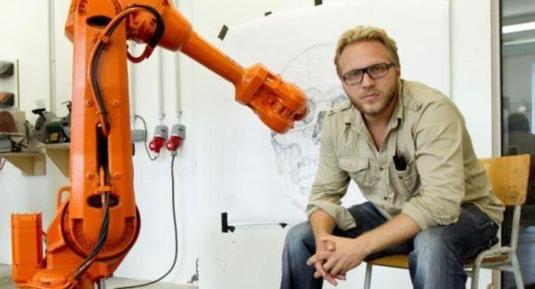 Künstler Alex Kiessling mit dem ABB-Roboter beim Testaufbau.