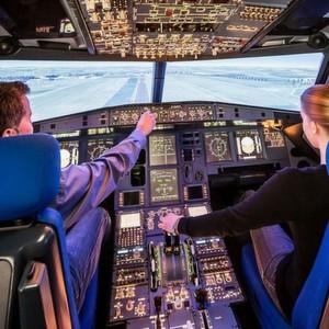 Das Cockpit eines modernen Verkehrsflugzeugs (hier der DLR-Simulator in Braunschweig) – wie sicher sind die Flight-Management-Systeme gegen das Einschleusen bösartiger Software? Es gibt Lösungen, die sicherstellen, dass nur die Software auf den Rechnern läuft, die auch dort hingehört.