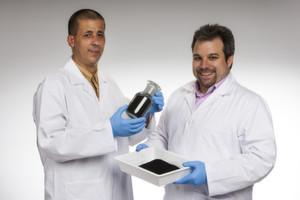 Das Porocarb Entwicklerteam: Jörg Becker (links) und Dr. Christian Neumann (rechts) präsentieren ihre porösen Kohlenstoffpulver.