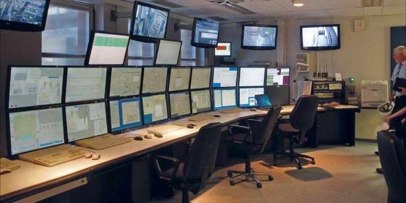 Der Leittechnikraum: Die Kälteanlage wird im 24h Betrieb gefahren und überwacht. Für Experimente produzierte die Kälteanlage bisher mit einer Verfügbarkeit von über 99 %.