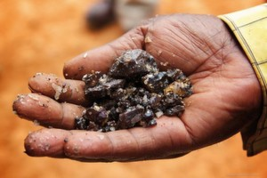 Eine Hand voll Zinnerz: Die östlichen Provinzen der DR Kongo sind reich an Zinn, Tantal, Wolfram und Gold.