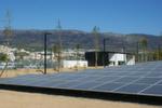 1.610 Solar-Paneele können 30 Prozent des Strombedarfs im Rechenzentrum beitragen. Der Blick fällt auf den Eingangsbereich; Hier findet eine erste Personenkontrolle statt. Im Hintergrund: Die Berge sind schwarz. Dort hat es im August gebrannt.