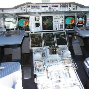 Das Cockpit des Superjumbos A380. Der MILS-Technikansatz soll die Komplexität verteilter eingebetteter Systeme in Flugzeugen, aber auch in Automobilen bändigen helfen.
