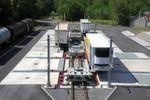 Sattelauflieger werden im Cargobeamer-Terminal von der Straße auf die Schiene umgeschlagen. Der Verladeprozess reduziert sich damit auf rund 15 min.