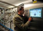 Steuerungstechnik und Software von Siemens bringen das süffige Festbier über eine unterirdische Ringleitung sicher und schnell von den Tanks an die Zapfstellen. Das Bild zeigt Uwe Daebel, Hauptabteilungsleiter für Abfüll- und Verpackungstechnik bei Paulaner Brauerei.