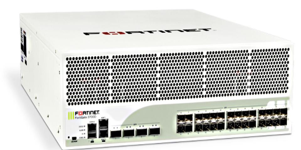 Mit Fortigate-3700D bringt Fortinet eine Firewall-Appliance heraus, die einen 100GpbS-Durchsatz bewältigt und kaum Latenzen zeigt.