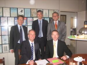 Stefan Gierl (r. sitzend) und Heribert Fritz (l. sitzend) unterzeichen den Übernahmevertrag.