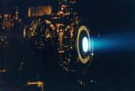 Ein Ionen-Triebwerk, das die NASA für die Raumsonde Deep Space 1 entwickelt hat.