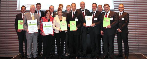"""Kosten senken und die Umwelt schonen: Die sechs Preisträger des """"Lean & Green Efficiency Award 2013"""" stellten eindrucksvoll unter Beweis wie das funktioniert. Dafür erhielten sie am 5. November die Auszeichnung für nachhaltige und ressourcenschonende Produktion."""