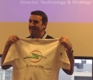 Matt Watts, Director of Technology and Strategy von Netapp in EMEA macht Storage-Guys zu Superhelden. T-Shirts für Frauen gibt es auf der Insight-Veranstaltung bislang nicht.