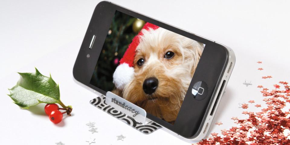 Standeazy ist ein Smartphone-Halter im Kreditkartenformat und ein raffiniertes Weihnachtsgeschenk.