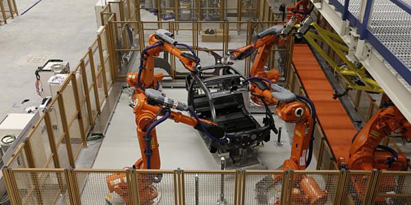 Ist das die Zukunft? ABB-Roboter bearbeiten das CFK-Life-Modul des BMW i3 im Werk Leipzig.