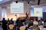 """Gespannt verfolgten die Zuschauer die praxisnahen Vorträge. Hier der Vortrag """"Marke und Performance im eigenen Vertrieb und bei den Kunden erleben"""" von Uwe Claus von FESTO."""